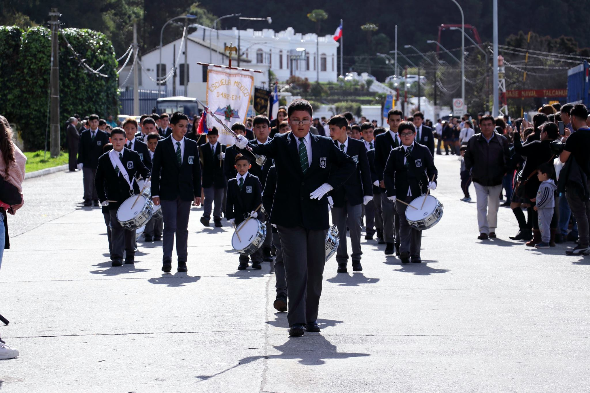 Más de 1.400 estudiantes desfilaron en honor a las Glorias Navales