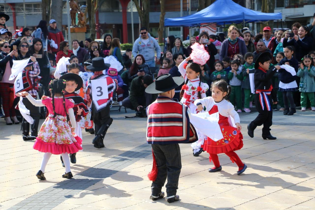 Niños y niñas de Talcahuano conmemoran la Chilenidad en la Plaza de Armas