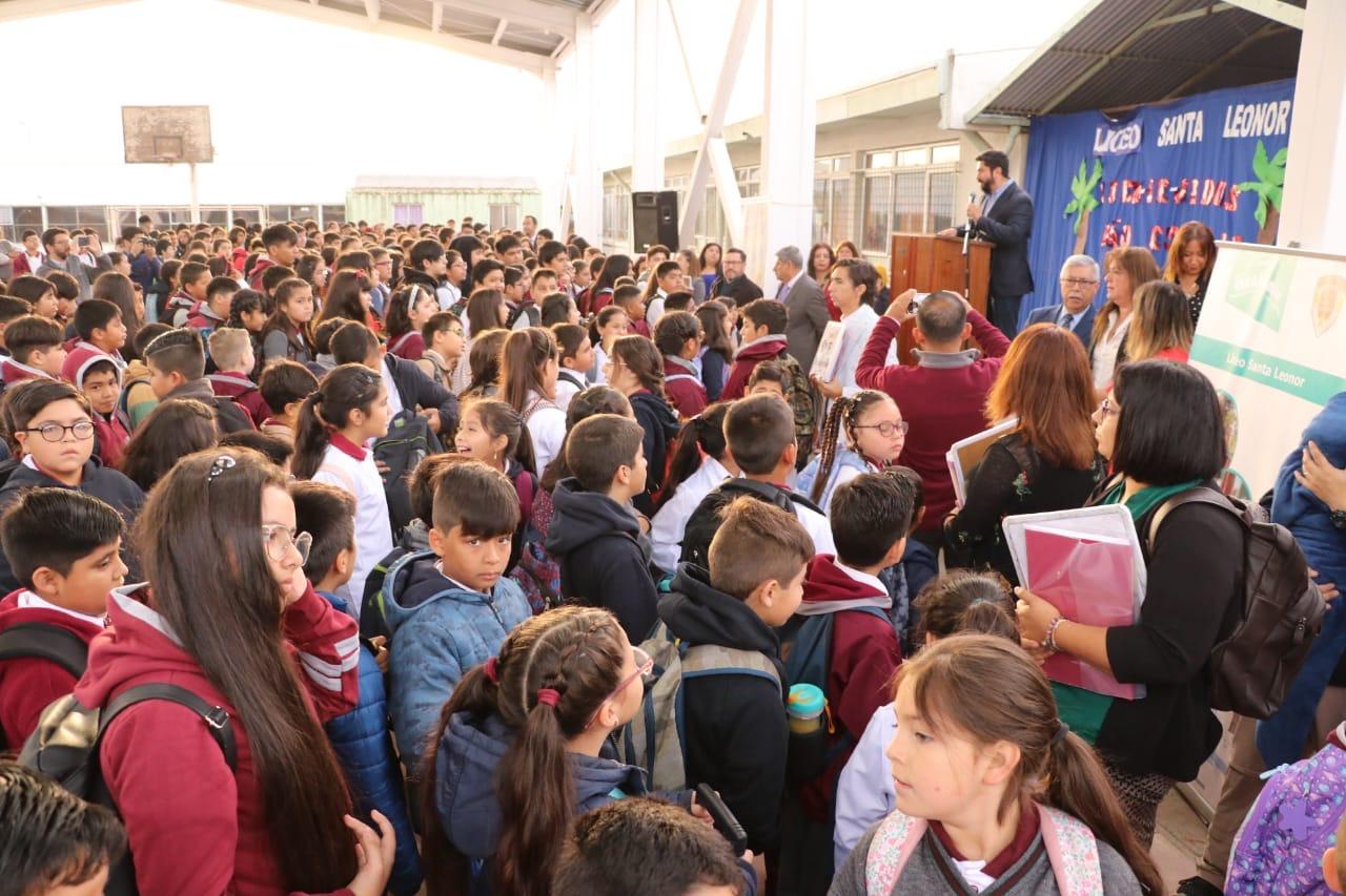 Alcalde Henry Campos da bienvenida a estudiantes del Liceo Santa Leonor en su primer día de clases