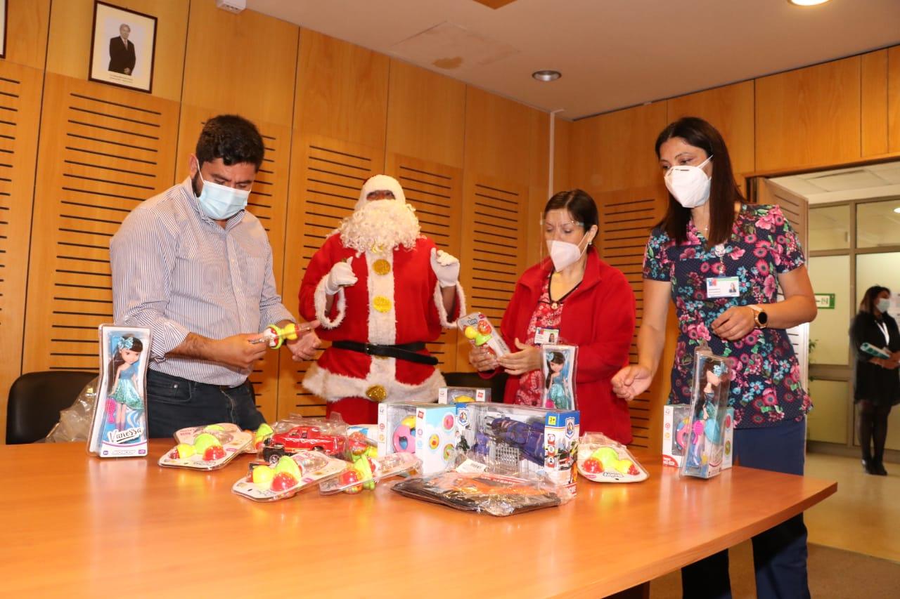 Viejito pascuero llevó regalos a niños del Hospital Higueras