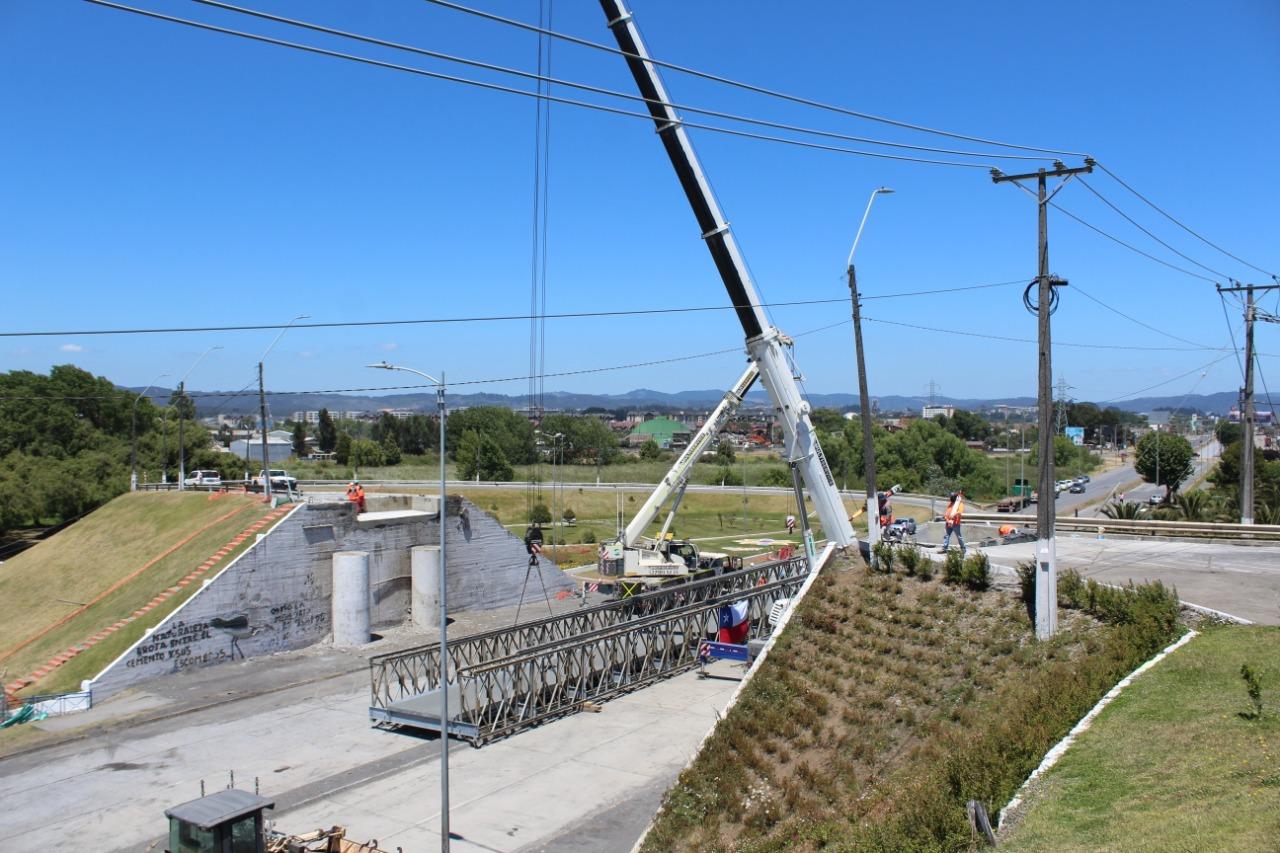 En una rigurosa maniobra se instaló puente mecano en Perales